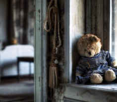 Teddy_bear_sad_lonely_windows_house_poor_life_alone_bedroom_emotions_1366x768