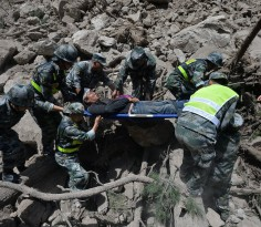 Chinese paramilitary police carry a survivor after an earthquake in Jiuzhaigou county, Ngawa prefecture, Sichuan province, China August 9, 2017. Chengdu Economic Daily/Wang Qin via REUTERS  ATTENTION EDITORS - THIS PICTURE WAS PROVIDED BY A THIRD PARTY. CHINA OUT. NO COMMERCIAL OR EDITORIAL SALES IN CHINA. - RTS1AZIE